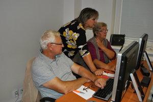 Lektorka kurzu Otília Heveryová. Seniori sú veľmi pilní aučenliví žiaci, hovorí učiteľka.