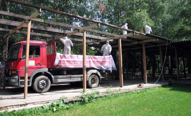 Pergolu zo ZŠ Tulipánovej v roku 2007 odstránili, obsahovala azbest.