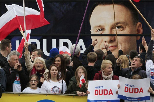 Podporovatelia kandidáta Dudu.