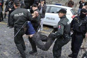 Mladíka musela spacifikovať Polícia.