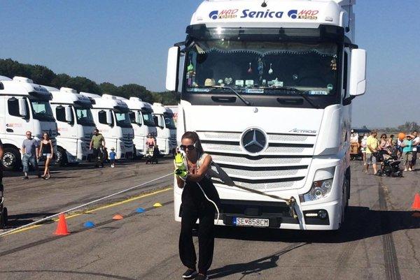 Zora Czoborová ťahá kamión na Dni otvorených kamiónov.