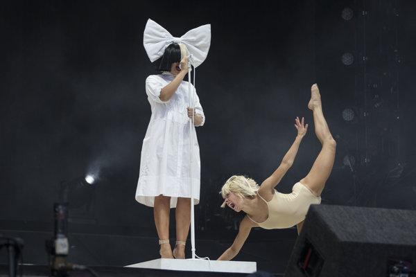 Sia (vľavo) na koncertoch často vystupuje s tanečnicou Maddie Ziegler. Jej vystúpenie v klipe k tanečnému hitu Chandelier má na youtube už vyše dvoch miliárd prehratí.