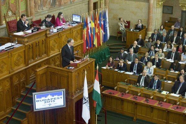 Parlamentné zhromaždenie NATO počas jarnej schôdzky v Budapešti.