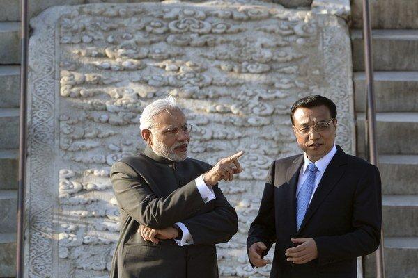 Indický premiér Narendra Modi (vľavo) sa rozpráva s čínskym premiérom Li Keqiangom.