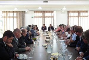 László Sólymos so zástupcami samospráv v Krušetnici.