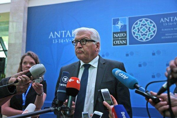 Frank-Walter Steinmeier poskytuje rozhovor novinárom na konferencii ministrov zahraničných vecí NATO.