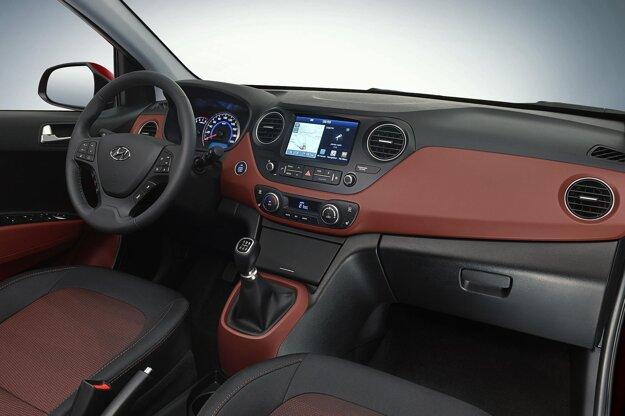 Strohý, ale elegantný kokpit. Na pohon modernizovaného modelu, vyrábaného v Turecku, slúžia dva osvedčené motory s maximálnym výkonom 49 kW a 64 kW.