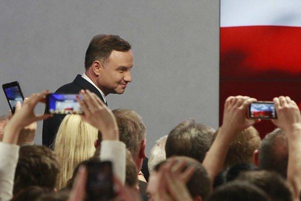 Konzervatívec Andrzej Duda má dôvod na úsmev. Nečakane sa stal víťazom prvého kola prezidentských volieb.