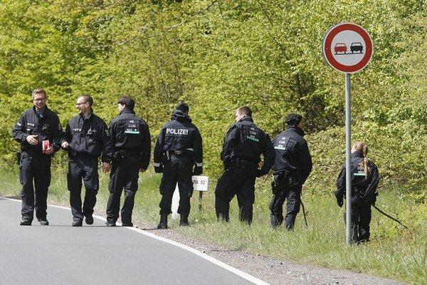 Nemeckí policajti hľadajú dôkazy v lese neďaleko Oberurselu.