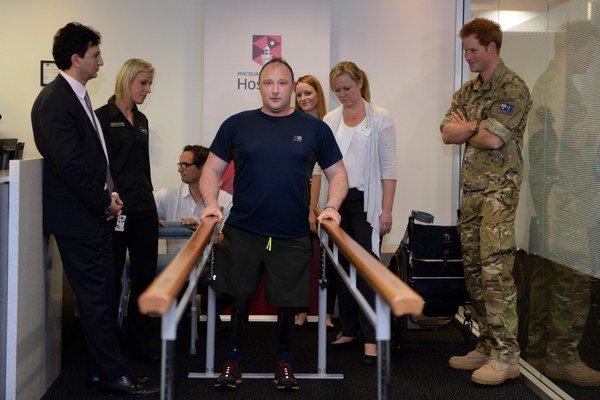 Harry popoludní navštívil nemocnicu, kde leží britský vojak, ktorý prišiel o končatiny počas misie v Afganistane.