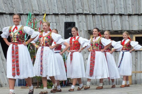 Časť súboru Kelčovan na festivale vZuberci.
