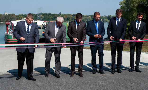 Minister dopravy, výstavby a regionálneho rozvoja Slovenskej republiky Árpád Érsek (druhý zľava) a štátny tajomník ministerstva zahraničných vecí a vonkajších ekonomických vzťahov Maďarska Levente Magyar (tretí zľava).