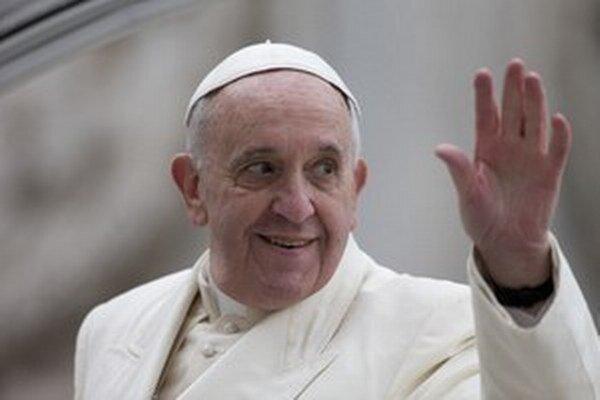 Pápež František prijme kubánskeho prezidenta vo svojej pracovni.