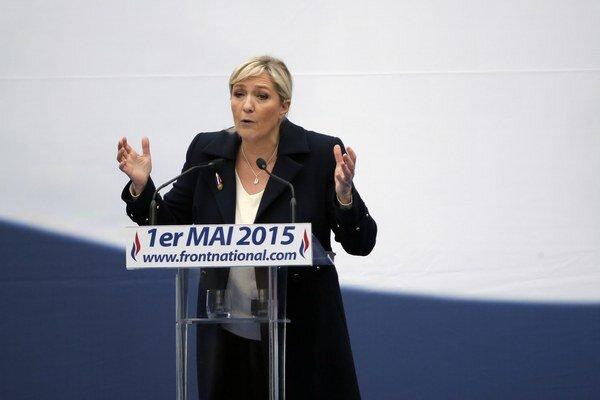 """Vykoľajená Le Penová uviedla, že """"je to paradox: vyhlasovať sa za feministky a pokúsiť sa narušiť poctu Jane z Arku."""""""