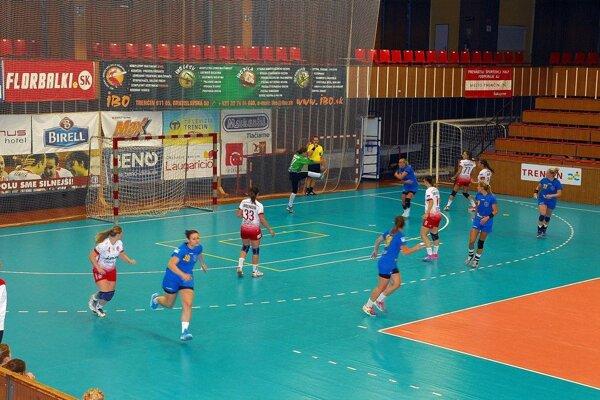 Trenčiansky (v bielom) brali body z Bratislavy.