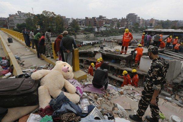V niektorých dedinách sa zrútilo 90 percent domov. Sú proste zrovnané so zemou.