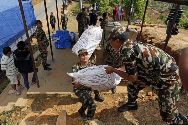 Do Nepálu prichádza pomoc, problémom môže byť, či ju zvládne vláda prerozdeliť.