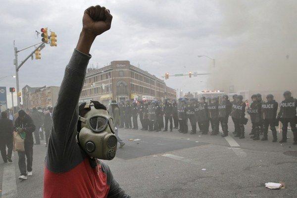 Demonštranti zranili v pondelok 19 policajtov.