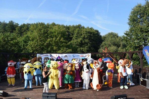 54 maskotov na jednom pódiu. Postavičky z rozprávok, zvieratká, ale aj maskoti rôznych firiem spustili nadšenie u detí.