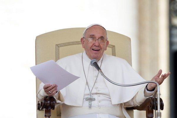 """Pápež František označil platovú nerovnosť medzi mužmi a ženami za """"škandál""""."""