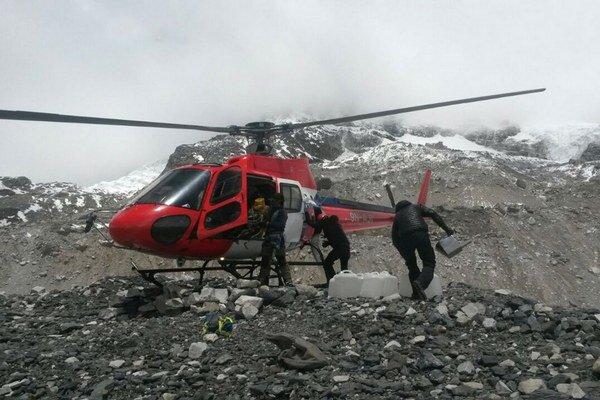 Evakuácia ľudí z vyšších táborov na Mount Evereste 27. apríla 2015.