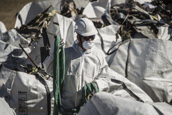 Na snímke francúzskeho ministerstva vnútra pracovníci v ochranných odevoch pri vreciach s troskami lietadla Airbus A320 nemeckej spoločnosti Germanwings.