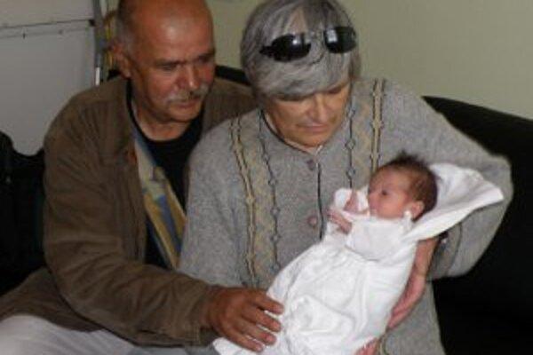 Príbeh Ľuboška, ktorého mama - bezdomovkyňa, priviedla na svet v kroví, sledovalo celé Slovensko. Chlapčeka si zobrali nakoniec do opatery starí rodičia.