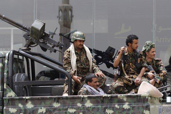 Húsíovia na obrnenom aute hliadkujú na medzinárodnom letisku v Saná.