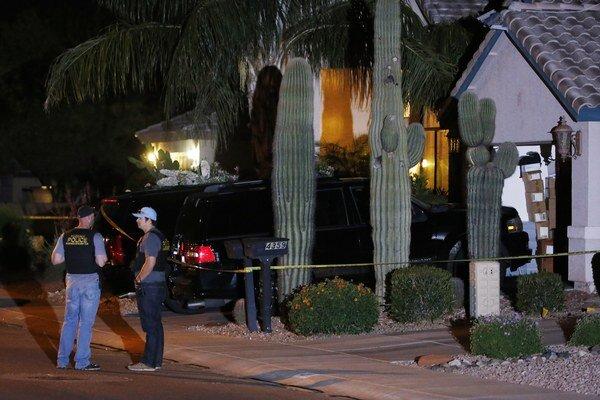 Príslušníci Phoenixského policajného zboru stoja pred domom, v ktorom po streľbe zomrelo päť ľudí.
