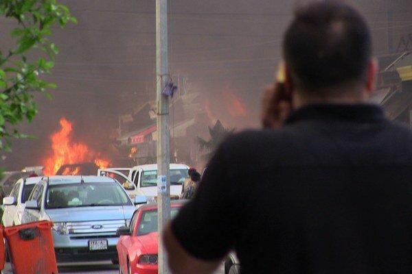Výbušné zariadenie umiestnené v aute explodovalo priamo pred vchodom do prísne stráženého komplexu konzulátu.