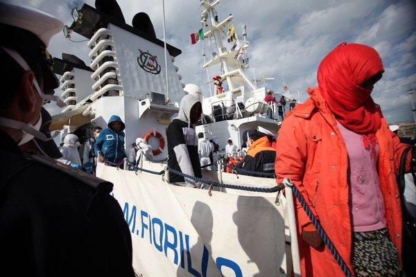 Migranti vystupujú z talianskej pobrežnej stráže 4. marca 2015 v sicílskom prístave Porto Empedocle.