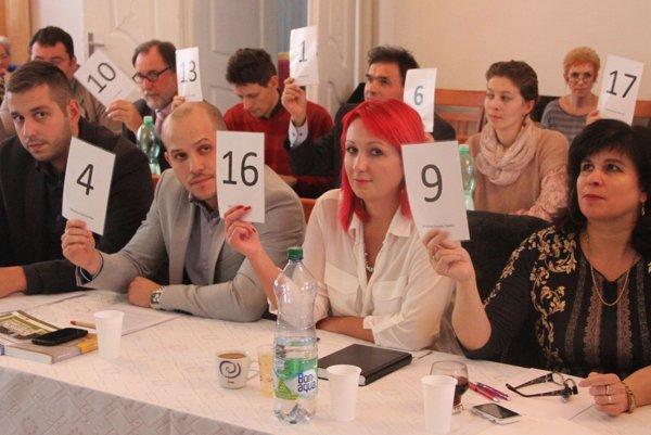 Poslanci v Moravciach si uznesenie o úvere prerábali priamo na rokovaní. Pred každým zasadnutím zastupiteľstva pritom mávajú stretnutia poslancov.