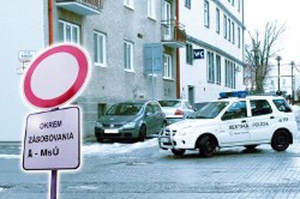 Po upozornení dal mestský úrad na značku dolepiť písmeno A.