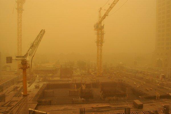 Metropolu Blízkeho východu Dubaj zasiahla silná piesočná búrka.