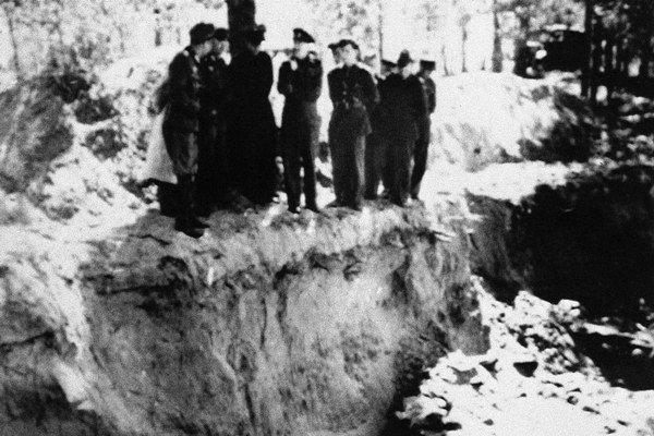 Archívna snímka: Katyň, máj 1943
