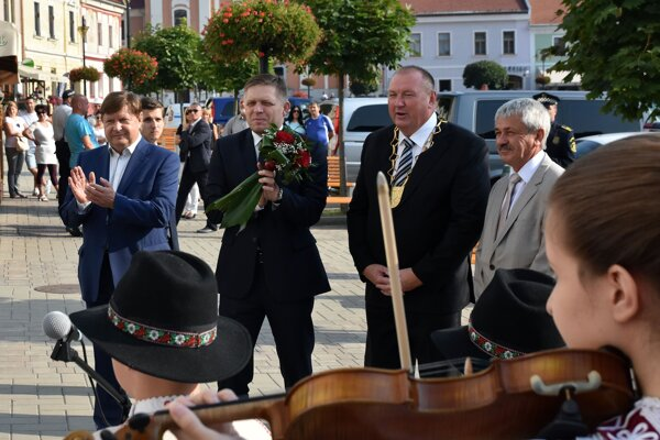 Zľava predseda Košického samosprávneho kraja Zdenko Trebuľa, predseda vlády Robert Fico a primátor Rožnavy Pavol Burdiga.