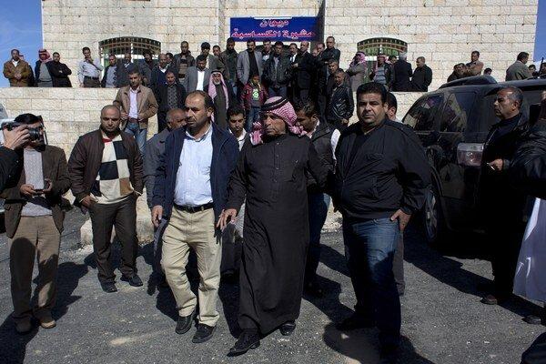 Otec jordánskeho pilota Muáza Kasásbu, ktorého zabili militanti z organizácie Islamský štát (IS), Safi Kasásbeh (v strede).