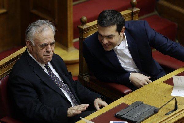 Grécky premiér Alexis Tsipras (vpravo) a vicepremiér Dragasakis.