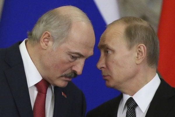 Bieloruský prezident Alexander Lukašenko (vľavo) a ruský prezident Vladimir Putin.