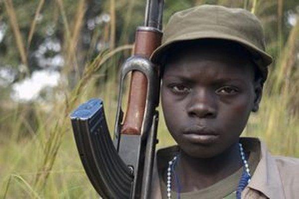 Detský vojak. V mnohých kútoch sveta bežný obrázok.