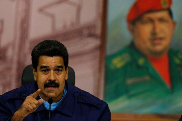 Venezuelský prezident Nicolás Maduro  reční vedľa obrazu zosnulého Huga Cháveza v Caracase.