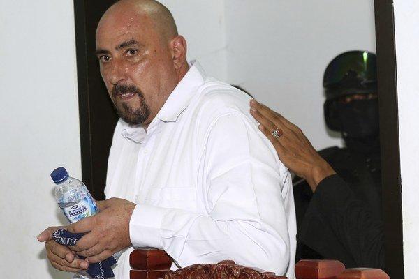 Francúz Serge Atlaoui, ktorý je odsúdený na trest smrti za pašovanie drog do Indonézie, prichádza na súd.