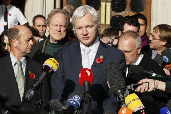 Julian Assange reční z balkóna ekvádorského veľvyslanectva v Londýne