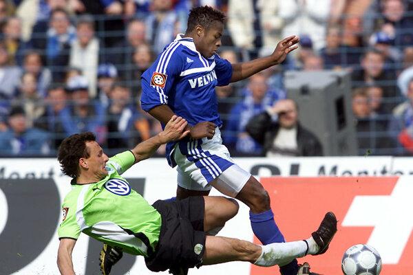 Emile Mpenza (v modrom).