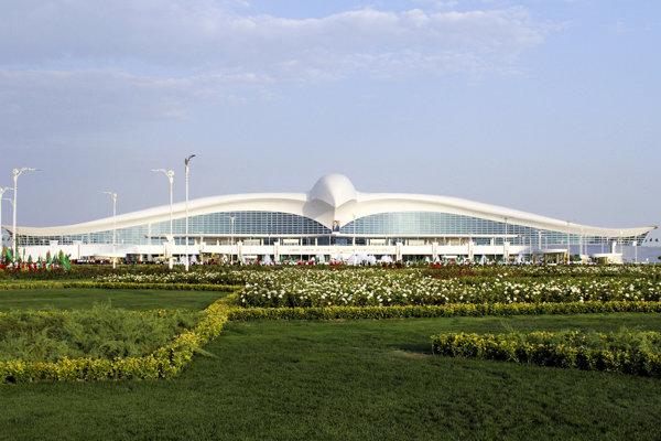 Na snímke nové medzinárodné letisko, ktorého výstavba stála 2,3 miliardy dolárov, otvorili v hlavnom meste Turkménska, Ašchabade.