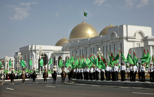 Turkménsky prezident Gurbanguly Berdymuchamedov si nechal v Ašchabade v roku 2011 postaviť prezidentský palác za 250  miliónov dolárov.