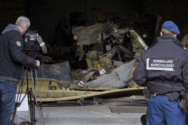 Poškodené kusy lietadla sú rozložené a označené v troch hangároch.
