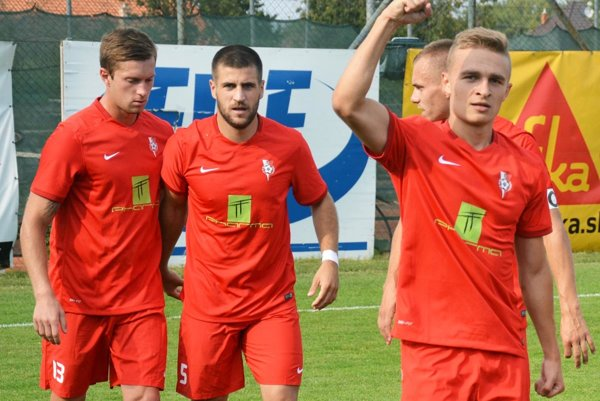 Futbalisti Serede v nedeľu získali tri body. Zľava Kmeť, Mečiar, Čeredničenko (za ním Morong, ktorý v nedeľu nehral).