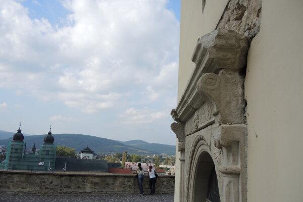 Nad portálom možno vidieť prázdny priestor, ktorý vznikol po odstránení betónového prekladu.