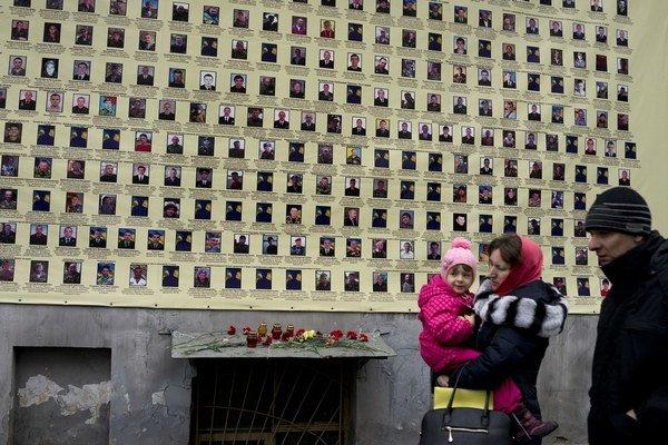 Múr s fotografiami obetí bojov na Ukrajine.
